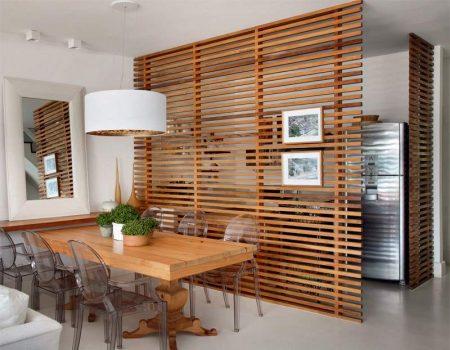 Зонирование кухни-столовой с помощью деревянной перегородки