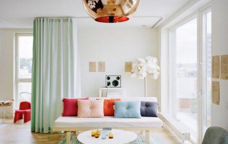 Дизайн гостиной с перегородкой-шторой