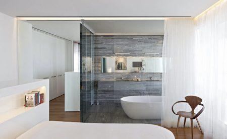Использование стеклянной перегородки для зонирования ванной комнаты