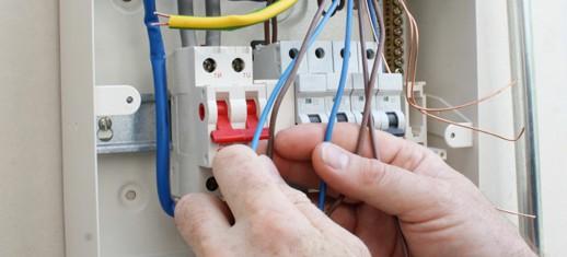 Как правильно выбрать электрика для замены проводки в квартире