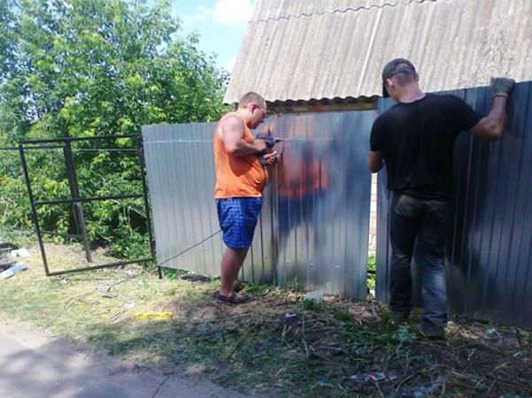 Как соорудить забор из профнастила своими руками