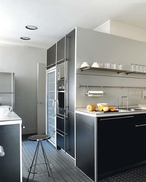 Обновляем кухню: установка натяжных потолков