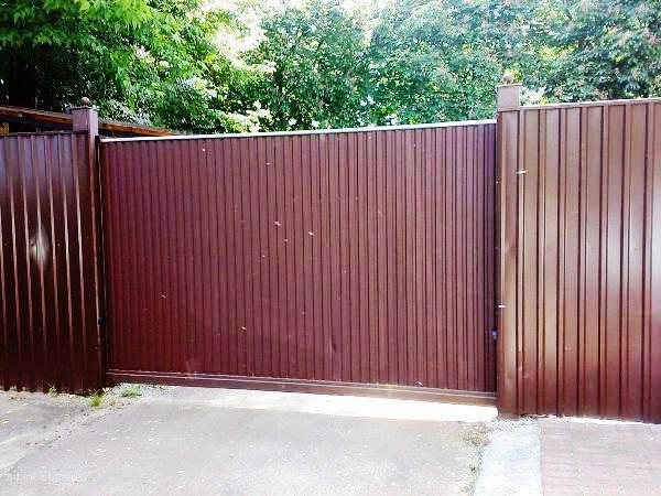 Забор из металлического штакетника или профнастила