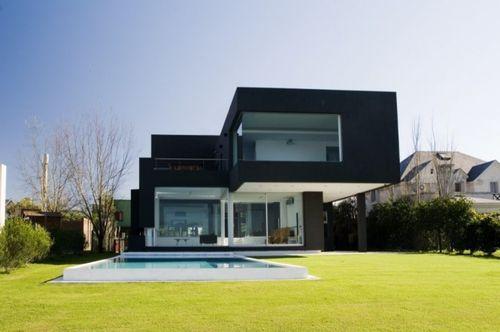 Современный черный дом в Аргентине