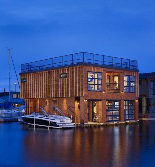 Современный плавающий дом