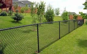Забор из сетки-рабицы: особенности конструкции и преимущества