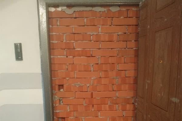 Российский бизнесмен замуровал дверь вотобранную задолги квартиру