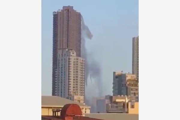 Пролившийся скрыши небоскреба бассейн попал навидео