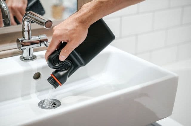 Что входит в состав жидкости для прочистки труб?