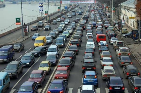У закрытых станций метро началось затруднительное движение на дорогах