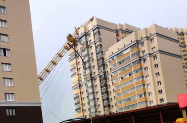 Падение башенного крана в Перми попало на видео