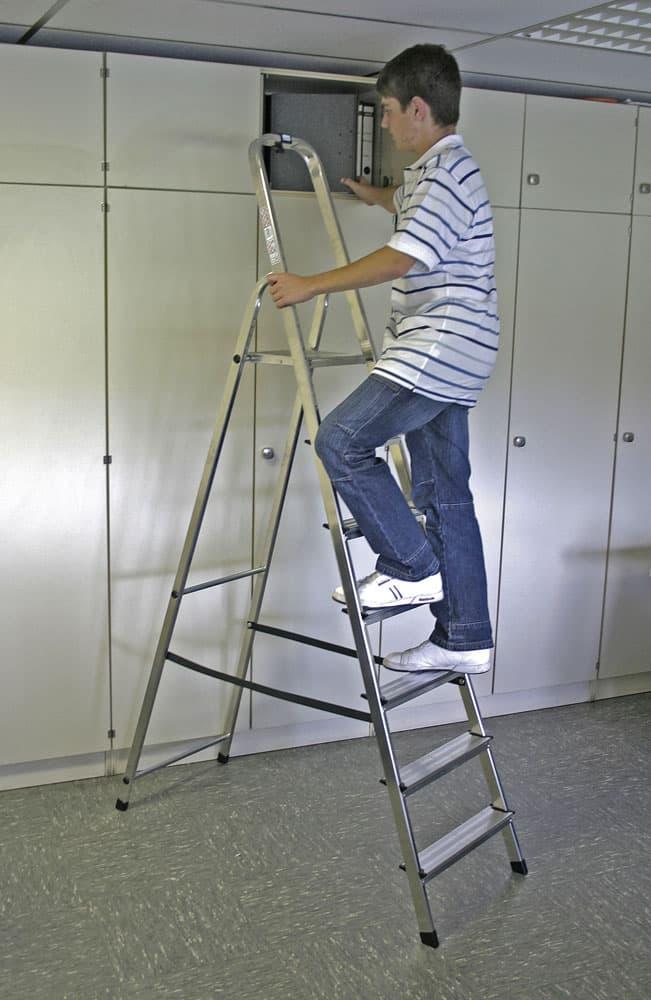 Лестницы и стремянки — обязательный конструктивный элемент в домашнем обиходе