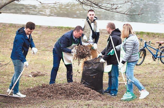Озеленение попросьбам жителей. На Удальцовских прудах высадили деревья