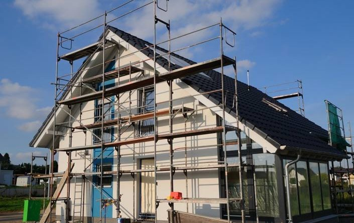 Очистка и ремонт фасада загородного дом
