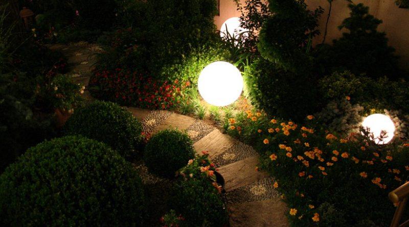 Организовываем освещение сада