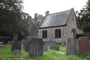 Англичане не побоялись построить дом на кладбище