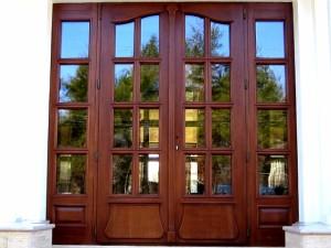 Деревянные двери и лестницы