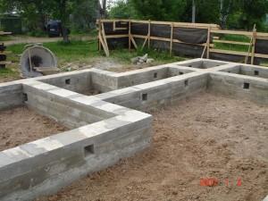 Использование ленточных бетонных фундаментов в строительстве коттеджей.