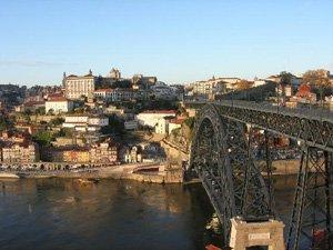 Модный дом в Португалии: то ли «змея», то ли хижина на воде