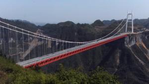 Необычный мост открылся в Китае