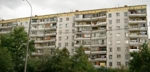 Узнаются здания по специфически расположенным балконам
