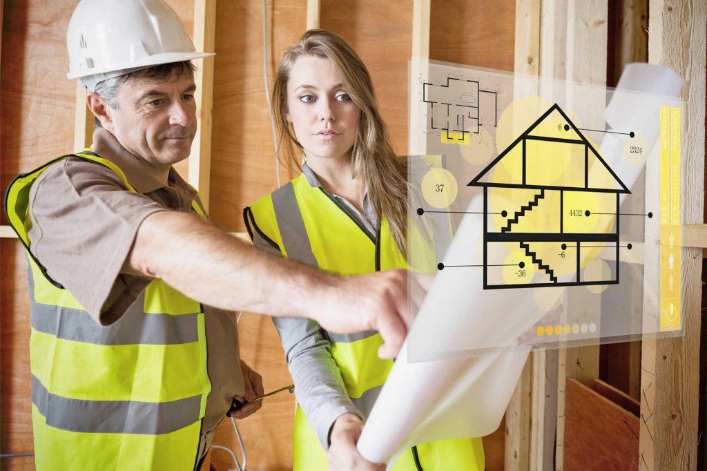 Мужчина и женщина смотрят проект жилого помещения