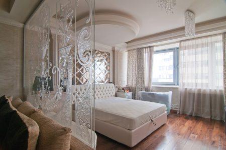 Акриловая ажурная перегородка в спальне-гостиной
