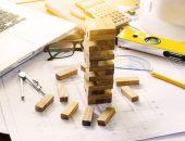 Чертежи, строительный уровень и карандаш