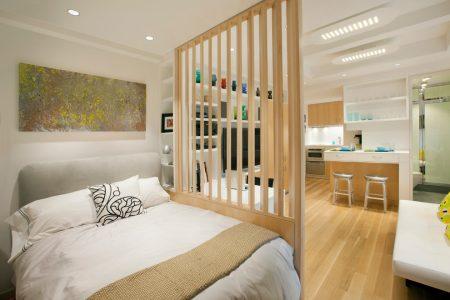 Зонирование квартиры-студии с помощью деревянной перегородки