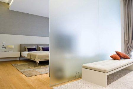 Зонирование спальни-гостиной с помощью перегородки из матового стекла