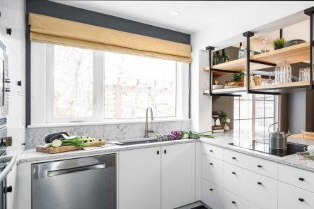 Дизайн белой кухни с большим окном