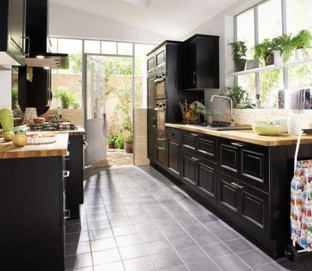 Дизайн длинной кухни в темных тонах