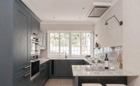 Дизайн П-образной кухни с окном в серых тонах