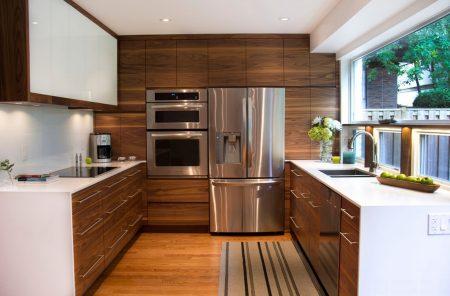 Интерьер кухни буквой П с большим окном