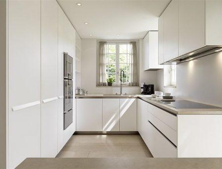 Белая кухня с мойкой у окна