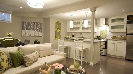 Дизайн квартиры-студии в белом цвете с зелеными элементами декора