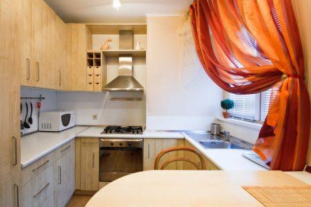 Маленькая П-образная кухня