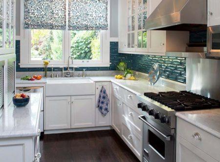 Обустройство белой кухни с раковиной у окна