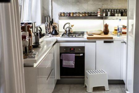 Дизайн П-образной кухни с открытыми верхними полками