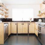 П-образная кухня с фасадами персикового цвета и открытыми полками