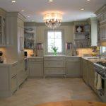 Интерьер большой кухни буквой П в серых тонах с окном
