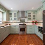 Дизайн П-образной кухни фисташкового цвета