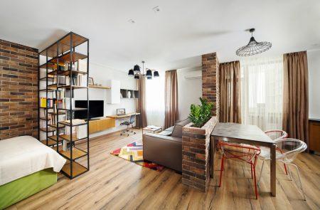 Высокий стеллаж в интерьере комнаты