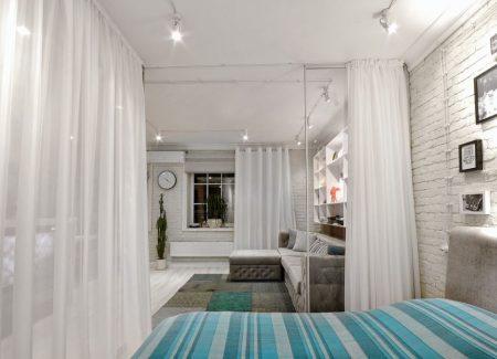 Разделение гостиной и зоны отдыха с помощью штор