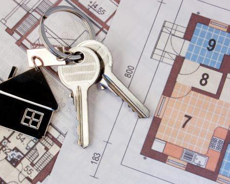 Брелок с ключами и план квартиры