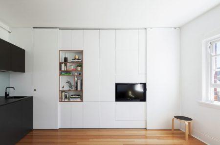 Шкаф белого цвета в квартире-студии