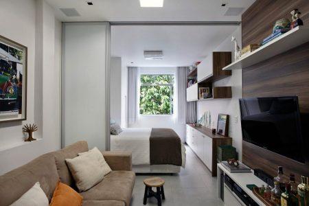 Раздвижные двери в узкой квартире-студии