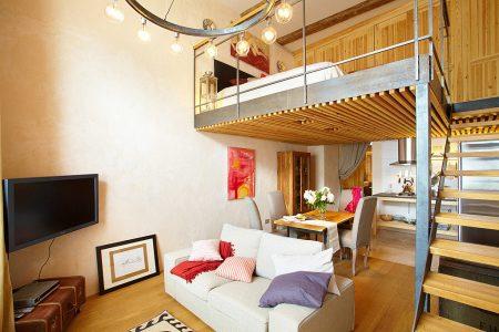 Спальня в двухуровневой студии