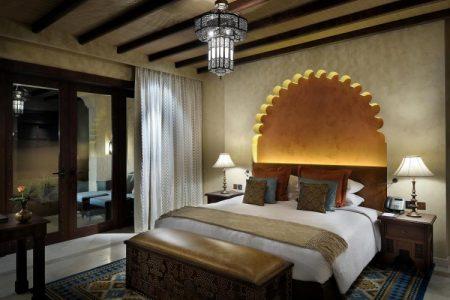 Спальня в восточном стиле с подсветкой изголовья кровати