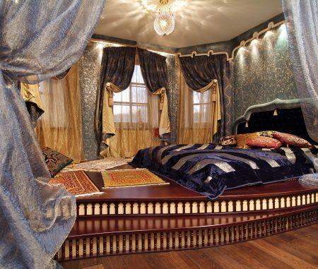 Спальня с подиумом в восточном стиле